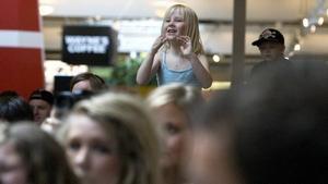 FICK HJÄLP MED UTSIKTEN. En av Johans yngre beundrare, sjuåriga Line Henriksen, fick sitta på mammas axlar för att få en skymt av idolen.