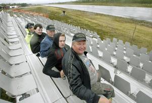 Medlemmarna i Wolfman Cruisers, Örjan Eriksson, Patrik Eriksson, Ulf Lundin, Markus Sjövold och Christer Fjellner byggde under tisdagen upp läktaren på Hedlanda flygfält.