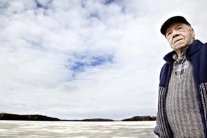 Stig Stolt vid Vittersjön där han dragit upp massor med stora fiskar – fast det är 25 år sedan han åt fisk fångad här.