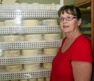 Hjördis Ljuslin visar ostlagret som är välfyllt inför sommarens försäljning hemma på gården.