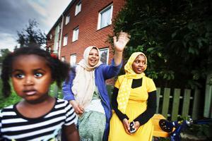 Aziza Ali och Samira Sades fikar med grannarna och barnen nästan varje kväll i området.