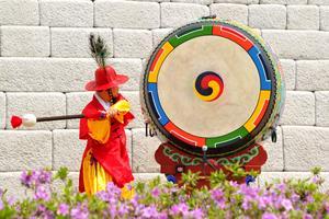 Musiker deltar i öppningsceremonin av Sydkoreas berömda port.