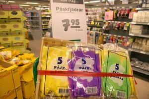 Du kan köpa fjädrar på de flesta matbutikerna, här är det Hemköp som erbjuder färgglada fjädrar.