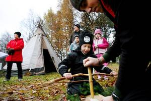 Felix Söderholm, 6, fick hjälp av gymnasieeleven Albin Widman att tillverka en brummare.Foto: Henrik Flygare
