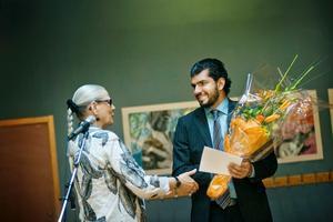 Landshövding Rose-Marie Frebran lämnade över kunhens pris till Najim Al-Ganas.