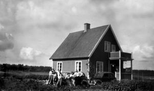 I mitten av 30-talet. Gösta Brandts hus på Dräktspännegatan. Till höger GöstasFord. Han var då resande i karameller.