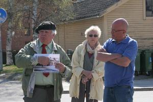 Ett 20-tal personer lockades att följa med på vandringen där Lennart Färlin berättade om köpingens historia.