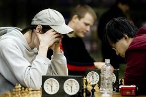 SPÄNNING. Håkan Jäske och Love Wallner gör upp i ett av turneringens sista partier.