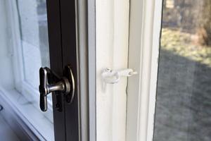 Alla fönster har renoverats. En del av husets innanfönster har fått tidstypiska fällbomsbeslag för att de kunna öppnas även vintertid.