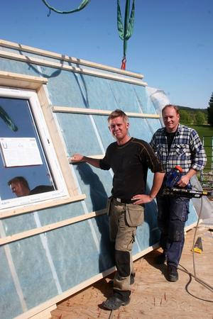 Peter Fagerhov och Thomas Larsson, båda delägare och verksamma i fabriken, förbereder transporten av husväggar till Härjedalen.