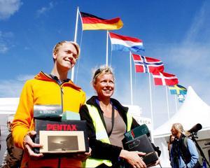 Pontus Wennesjö från Östersund utsågs i helgen till Årets fågelskådare, ett pris som går till en ung och lovande fågelskådare. Med på bild är Lotta Berg från Västergötland som också prisades. Foto: Daniel Green