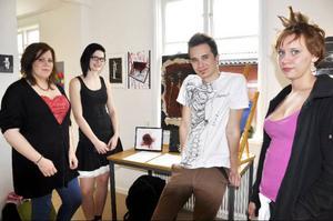 Sanna Hahlin, Anna Carlsson, Per Rubensson och Ronja Petersen är några av Hjalmar Strömerskolans elever som ställer ut på Galleri Katten.