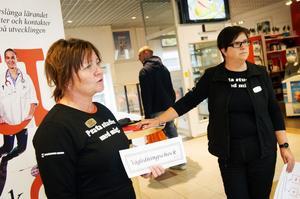 Margareta Lindgren och Ulrika Holmfors Engbom informerar vuxna om utbildning.
