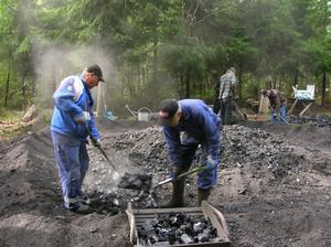 Det är ett dammigt och skitigt arbete att riva en mila och ta fram kolen. Sedan den 13 augusti har milan Erika brunnit, i söndags revs hon. Foto:GöstaLjungberg