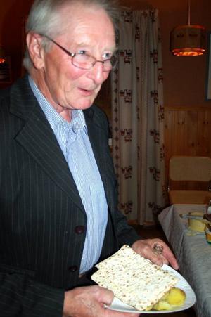 Hugo Dahl från Högvålen skulle spela under kvällen och passade på att ta för sig av surströmmingen.