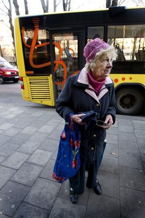 Astha Holm är mycket upprörd över att gratisresorna för pensionärer försvinner.– Det är ett elände! säger hon.
