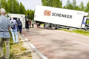 Lastbilen har ställt sig över vägen i Sjöändan och blockerar E45.