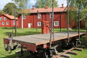 Tåglinjen Bergsjökoa gick sista fyrtio åren till och från stationen i Edsäter. Först med ånglok senare med dieseldriven lokomotor.
