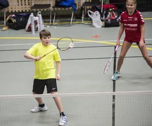 Alfred Blomgren, Alnö Badminton Club, tävlade tillsammans med Bergsåkers Emmie Björklund under söndagen. Blomgren som efter många svettiga matcher fick byta till Alnös numera gamla gröna matchtröja.