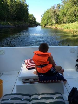Lilla Linus som njuter av att vara ute på sjön en otroligt stort steg av honom som var så rädd att åka båt förra året. Jessie Andersson