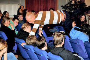 """Dansande föreläsare. Tobias Karlsson överraskar eleverna rent fysiskt i sin föreläsning: """"Allt är möjligt""""."""