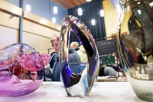 HANDBLÅST. Glasblåsaren Mikael Melander från Gävle kunde själv inte vara på plats på mässan. Men han fanns ändå representerad med konstfulla handblåsta glasskulpturer, vaser och skålar,