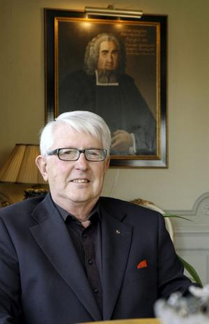 Gamla anor. Ulf Anagrius är en företagare ut i fingerspetsarna. Han föddes dock in i ett prästsläkte. På tavlan i bakgrunden syns Anton Anagrius, komminister i Lindesberg och kyrkoherde i Ramsberg under 1700-talet.