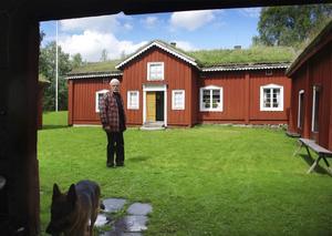Är nu ett officiellt byggnadsminne. Länsstyrelsen har bestämt att bergsmansgården Skräddartorp ska byggnadsminnesförklaras. Bra, tycker Åke Granberg, vice ordförande i Grythyttans hembygdsförening. ARKIVBILD: ADAM SÖDER