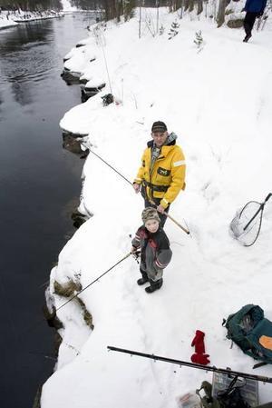 FAR OCH SON. Sebastian Molenaar, 6 år, stod och fiskade med pappa Peter under en av broarna i kanalen.