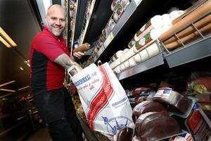 Tobias Larsson, butikschef på Ica Norrköp, ser ett ökat intresse för att handla mat på nätet.