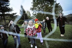 Det stämmer inte att det finns för få barn i Växsjö skola, anser föräldrarna.