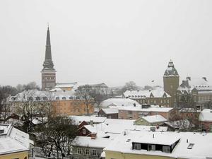 Snöfall. Snön lägger sig på tak - och vägar och gator - i Västerås under söndagen.