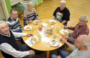 Sven-Erik Karlsson, Krister Jansson, Lennart Andersson, Gunnar Larsson, Karl-Ivar Gustafsson och Roger Larsén är sex av medlemmarna i PRO Folkärna-Krylbos matlagningsgrupp för herrar.
