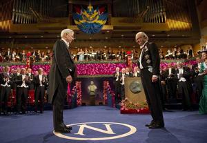 Priset. Litteraturpristagaren Mario Vargas Llosa ska just få sitt pris från kung Carl-Gustaf.