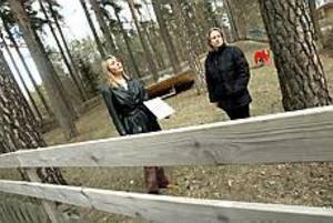 Lätt forcerat. För några år sedan byggdes staketet runt Svangården på med två tvärgående brädor. Men för barnen är det fortfarande ganska lätt att klättra över, menar föräldrarna Kajsa Larsson och Pia Karhunmaa.