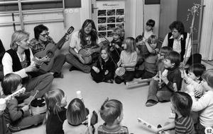 Musikfest på Gideonsbergs daghem. Fem medlemmar ur popgruppen Lupus spelar på hemgjorda instrument med närmare 30-talet barn i åldrarna 3-7 år.