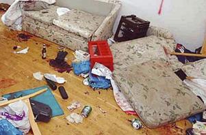Blodigt. Det fanns blod från de tre skadade männen över hela lägenheten. En dricksback användes bland annat av 30-åringen när han slog de andra.
