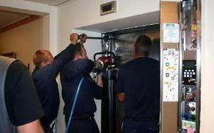 Räddningstjänsten fick bända och klippa upp dörren till hissen där två personer satt instängda i över tre timmar.FOTO:LEIF OLSSON