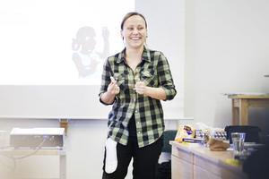 Nathalie Simonsson visar hur man pratar med unga om mensskydd på ett roligt och avslappnat sätt.