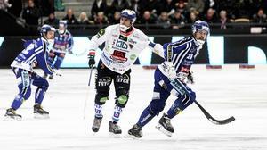 Andreas Westh, Bollnäs lagkapten, håller (bokstavligen) koll på Martin Johansson i Villa.