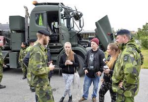 Militärer informerar skolelever. Här är det Pontus Löfgren till vänster och Mats Carlsson längst till höger som berättar för eleverna Alicia Burnens, Anton Lindkvist och Nellie Fastén.