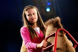Kerstin Sahlin, 9 år, fick testa att rida på en kamel i pausen.– Det var väldigt kul. Jag testade att rida när cirkusen var här förra gången också, sade hon.