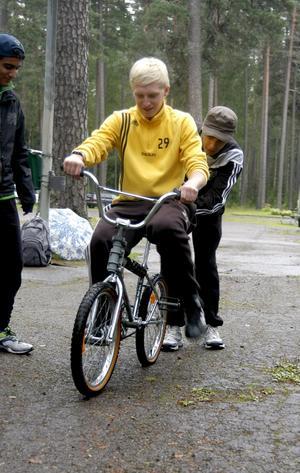 Bak-och-fram-cykel. Otroligt svårcyklad är cirkuscykeln som svänger tvärtemot vad du styr. Alexander Larsson gör ett försök och Fardin Kedri assisterar.