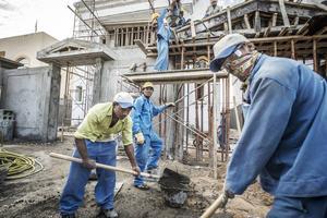 Migrantarbetare i Qatar som arbetar med att färdigställa fotbollsarenor till fotbolls-VM 2022.