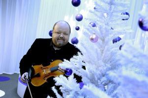 Spelmannen Kalle Moraeus är årets julvärd i SVT. Och kanske bidrar han också med något musikaliskt inslag under julaftonens sändning.