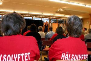 Hälsa kan vara mycket och många mår bra när det är teater och på bilden i mitten längst bort är det skådespelaren Stefan Vårdsäter som spelar upp en pjäs om stress.