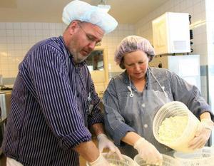 Mats och Anneli Karlsson, som äger Södercheesen och Jacksons ost i Stockholm, fick i går lära sig tillverka ost på Röstas utbildningsmejeri.