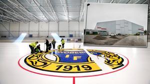 Under onsdagen monterades Brobergs emblem i mittcirkeln. Nu ska isen byggas på för att skydda märket.