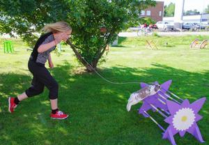 Madicken Sunnecrantz hoppar hinderbana med sin kanin Pluto.