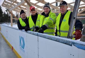 Kraftsamling bygger avbytarbås vid Fränstas isbana.